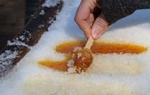 Người Canada còn có kiểu làm kẹo trên tuyết độc lạ như này đây