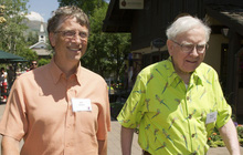 """Nhân viên phục vụ tiết lộ bữa tối thú vị của đôi bạn thân """"quyền lực"""" Warren Buffett và Bill Gates: Ai chỉ thích nói chuyện, còn ai mải mê tận hưởng món ăn?"""