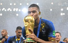 Khoảnh khắc lịch sử: Dàn sao đội tuyển Pháp thay nhau hôn Cúp vàng thế giới