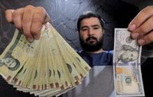 """Iran: Bất ổn xã hội, tiền mất giá, cử nhân kinh tế làm """"cò đổi tiền"""" vì miếng cơm manh áo"""