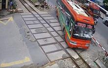 Barie xuyên thủng xe giường nằm lao vào đường tàu hỏa, hành khách thoát nạn khó tin