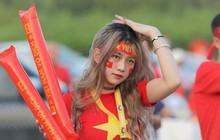 """Loạt CĐV nữ xinh xắn chiếm spotlight trước """"đại chiến"""" Việt Nam - Malaysia"""