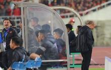 Quá căng thẳng, HLV Park Hang-seo ẩn mình sau cabin nhìn học trò thi đấu