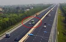 Video: Thót tim xe khách đánh lái, tránh ô tô nổ lốp dừng giữa cao tốc Hà Nội – Hải Phòng