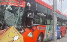 Tai nạn liên hoàn giữa 3 ô tô, xe khách Phương Trang tông gãy cột điện trước cửa quán ăn