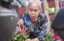 Triết lý sung sướng phụ nữ hiện đại nào cũng phải học từ cụ bà 81 tuổi bán hoa thơm 70 năm ở góc chợ Đồng Xuân