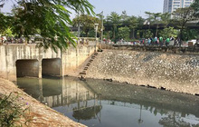 Làm sạch sông Tô Lịch: Mùi giảm, nước vẫn đen kịt