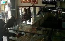 CLIP: Toàn cảnh vụ nổ súng cướp tiệm vàng ở Hóc Môn