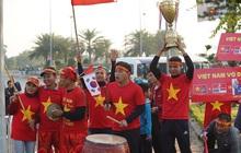 Sắc đỏ nhuộm kín sân bay Nội Bài: CĐV reo hò khí thế, ngóng trông từng phút Đoàn thể thao Việt Nam trở về từ SEA Games