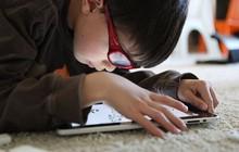 """Dùng điện thoại """"trông trẻ"""" để rảnh tay hơn, cha mẹ đang từng bước hủy hoại sức khỏe và cả tương lai của con cái"""