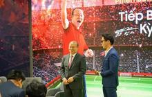 """Xem ông Park đá bóng """"ảo"""" cùng fan, thấy choáng vì công nghệ TV giờ tiên tiến quá"""