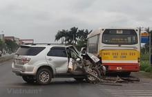 Đâm thẳng vào phía sau xe buýt, xe ôtô 7 chỗ vỡ tung đầu