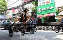 Xe thô sơ chở hàng cồng kềnh nghênh ngang trên phố Hà Nội