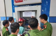 [Clip] Nhóm người Trung Quốc gắn thiết bị điện tử vào máy ATM đánh cắp mật khẩu, rút tiền