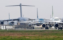 """[CHÙM ẢNH] Đường băng """"đông như trẩy hội"""", C-17 Mỹ xếp hàng chờ cất cánh ở Nội Bài"""