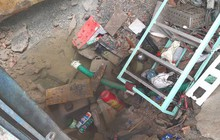 """TP HCM: Vỡ đường ống dẫn nước tạo """"hố tử thần"""" giữa nhà dân"""