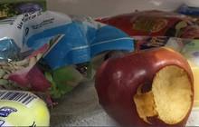 """""""Bãi chiến trường"""" tại siêu thị Auchan: Khách thản nhiên khui đồ ăn, giành giật, không thanh toán… - Miếng ăn là miếng tồi tàn lắm ai ơi!"""