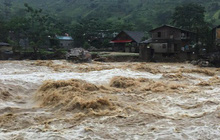 """Lũ lớn """"vặn"""" nghiêng cầu treo qua suối ở Sa Pa, gây sạt lở đường nghiêm trọng ở Lai Châu"""