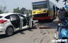 Ô tô con nát bét sau cú tông vào đuôi xe buýt dừng trả khách trên đại lộ Thăng Long