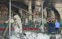 Kho nguyên liệu công ty sợi ở Thừa Thiên-Huế bốc cháy dữ