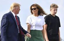 Tổng thống Trump nắm tay vợ đầy tình cảm sau kì nghỉ hè nhưng cậu út Barron lại chiếm spotlight với ngoại hình khác lạ