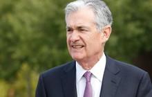 Trước bài phát biểu quan trọng về chính sách tiền tệ tối nay, chủ tịch Fed rơi vào tình thế 'tiến thoái lưỡng nan', bị 'bủa vây' bởi áp lực nặng nề từ ông Trump và thị trường