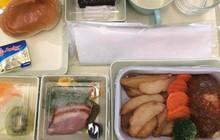 So sánh các suất ăn trên những chuyến bay quốc tế: Hãng hàng không quốc gia Việt Nam vẫn xuất sắc nhất còn lại thì... thà ăn mì gói còn hơn!