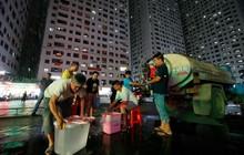 Dân Hà Nội xuyên đêm xếp hàng lấy nước sạch sau vụ nước sông Đà nhiễm dầu