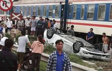 Tàu hỏa đâm lật xe con, nữ tài xế ở Nghệ An thiệt mạng trong xe