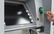 Vietcombank giảm phí rút tiền ATM từ hôm nay, loạt ngân hàng khác cũng chạy đua phí 0 đồng