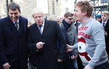 """Cầm điện thoại của phóng viên nhét vào túi, đi máy bay vì tiếc 28 phút: Thủ tướng Anh hứng """"gạch đá"""""""