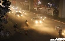 Ảnh: Công nhân thổi bụi mịt mù trên đường Nguyễn Trãi khiến người đi đường phát hoảng