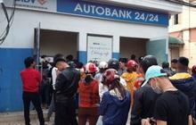 29 Tết, mất nguyên buổi sáng chỉ để đi rút tiền tại cây ATM