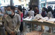 Rồng rắn xếp hàng mua bánh mì thanh long ở Sài Gòn