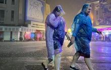 Trực tiếp đón giao thừa Tết Canh Tý 2020: Người Hà Nội đội mưa đón giao thừa, người Sài Gòn đeo khẩu trang chờ năm mới