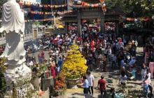 Người Sài Gòn chen chân đi lễ, đường vào chùa kẹt cứng
