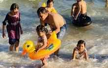Bãi biển Phan Thiết chật kín người ngày mùng 4 Tết