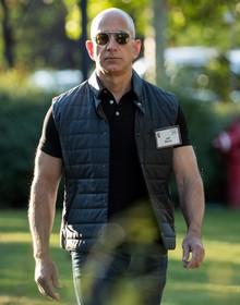 Hài hước ảnh chế về sự thay đổi ngoại hình của ông chủ Amazon so với 20 năm trước
