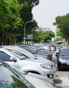 Muốn hết ùn, phải tăng giá giữ ô tô!