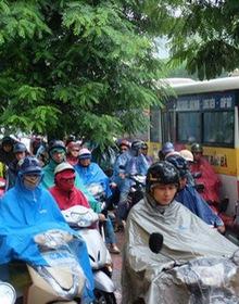 Chùm ảnh: Ảnh hưởng của bão số 6, người dân Thủ đô chật vật trong cơn mưa sáng sớm