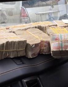 [Video]: Bi hài hàng loạt tài xế đổi tiền lẻ trả phí BOT