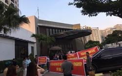Cư dân dự án D'Capitale căng băng rôn phản đối hành lang căn hộ quá bé, chỉ rộng 1,4m