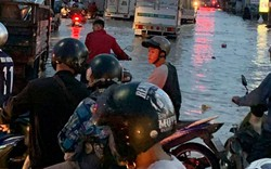 Nước chảy như thác đổ sau mưa, nhiều tuyến đường ở Sài Gòn ngập nặng