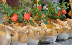 Người dân Hà Nội chen chúc mua gà luộc xôi gấc giá gần 1 triệu để cúng giao thừa, người bán sắp lễ không ngớt tay