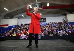 Vì sao bà Hillary Clinton luôn luôn mặc quần? Câu hỏi hot nhất liên quan tới cuộc tranh luận tổng thống đầu tiên