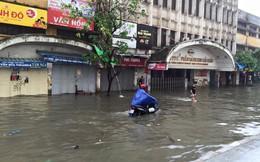 """""""Đại hồng thuỷ"""" năm 2008 tái diễn, người Hà Nội """"bơi"""" trong nước ngập"""
