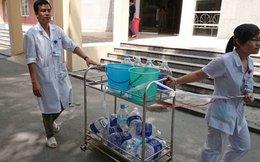 Bệnh nhân vác chai lọ xếp hàng cùng bác sĩ chờ nước sạch