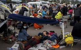 Người Nepal ngủ ngoài đường, không dám vào nhà vì sợ dư chấn