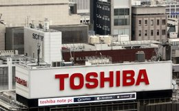 """Cổ phiếu Toshiba bị hạ xuống mức """"rác"""""""