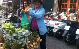 Trái cây giá bèo tràn ngập đường phố Sài Gòn